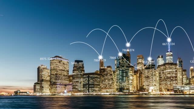vídeos de stock, filmes e b-roll de rede da cidade da bandeja de t/l da skyline de manhattan/nyc - internet das coisas