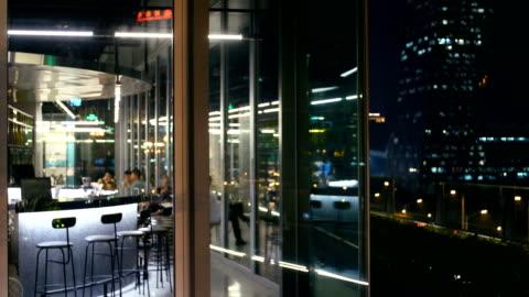 vidéos et rushes de vue de nuit de la ville sur le toit - palace