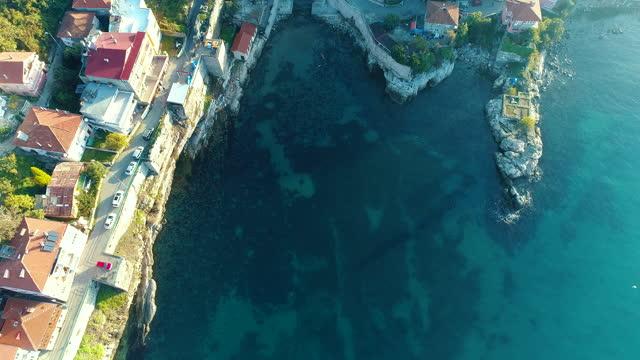 アマスラ市、橋で本土に接続された漁島村 - 4kドローン映像 - 皇族・王族点の映像素材/bロール