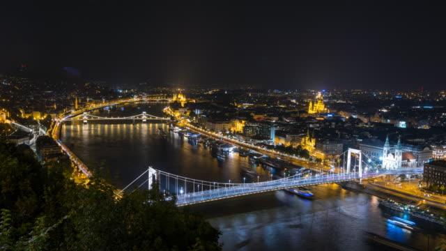 vidéos et rushes de ville de budapest dans la nuit - pont à chaînes pont suspendu
