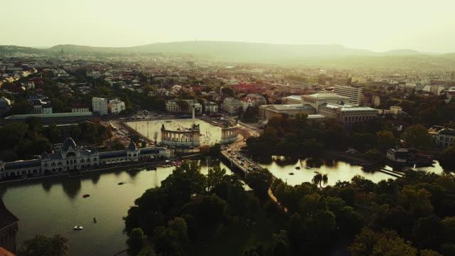 vidéos et rushes de ville de budapest - place du héros - budapest