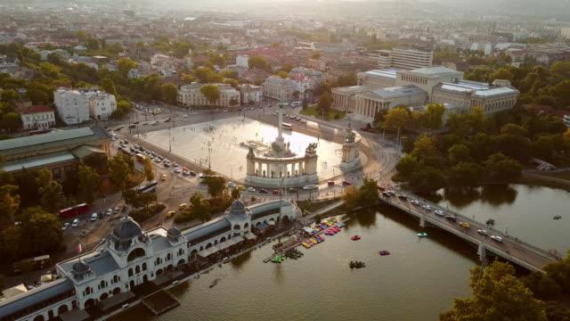 stockvideo's en b-roll-footage met stad boedapest-heldenplein - boedapest