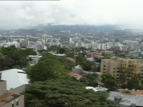 city of caracas w/ mountain ranges bg, low cloud cover. - caracas stock videos & royalty-free footage