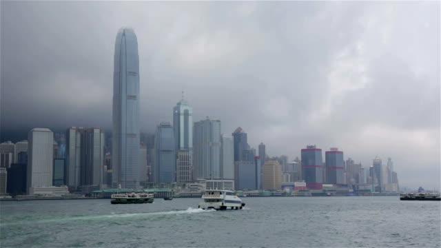 stadt von hong kong an einem wolkigen tag - dschunke stock-videos und b-roll-filmmaterial