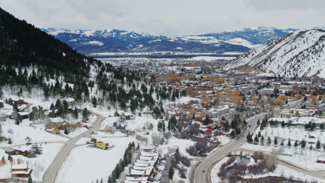 city of jackson in jackson hole, wyoming - drone shot - stazione sciistica video stock e b–roll