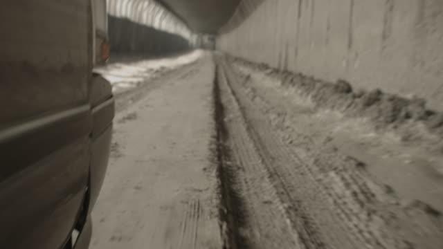 vídeos y material grabado en eventos de stock de city of kabul - viewpoint from a moving vehicle - pared de cemento