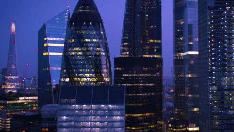 finanzdistrikt city of london. nacht. - vereinigtes königreich stock-videos und b-roll-filmmaterial