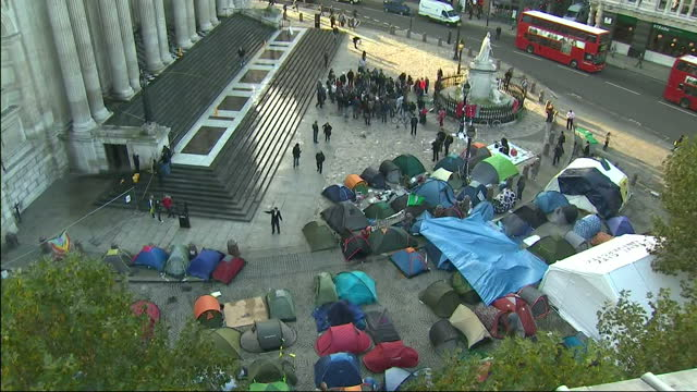 city of london officials say they'll take legal action to evict the 'occupy london stock exchange' campaigners around 200 tents have been set up... - börse von london stock-videos und b-roll-filmmaterial