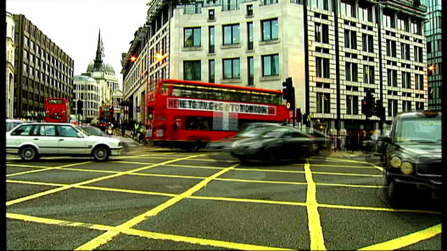 City of London police given new powers to hand out fines to people cycling dangerously ENGLAND London Ludgate Circus Traffic and cyclists crossing...