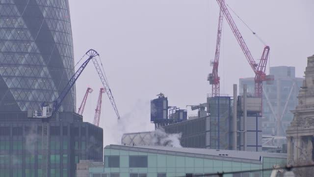 vídeos y material grabado en eventos de stock de city of london skyscrapers and cranes england london ext london skyscrapers including walkie talkie cheesegrater and the gherkin / construction work... - walkie talkie