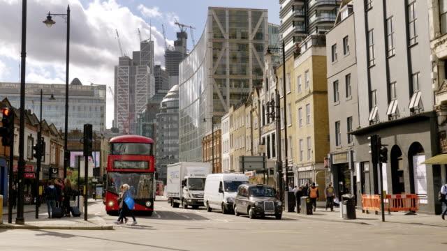 vídeos y material grabado en eventos de stock de rascacielos de la city londinense de shoreditch - lapso de tiempo de tráfico