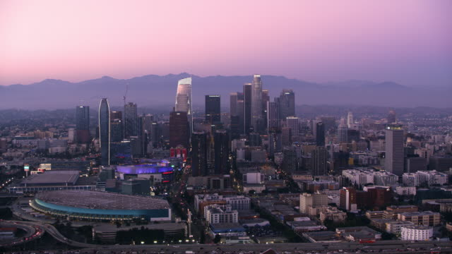 stockvideo's en b-roll-footage met antenne stad van los angeles in de schemering - uitzoomen