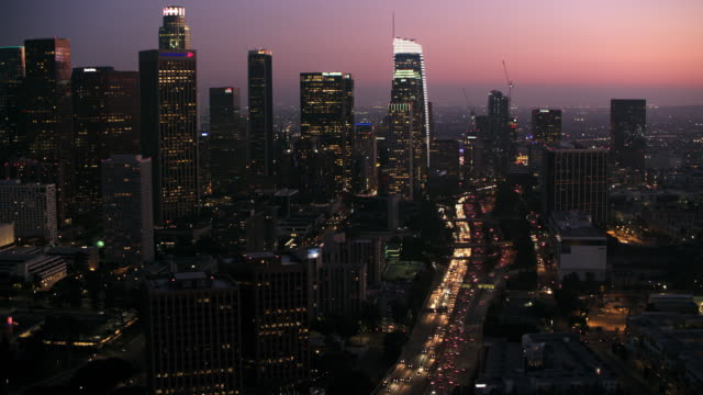 vídeos de stock e filmes b-roll de aerial city of los angeles at night - city of los angeles