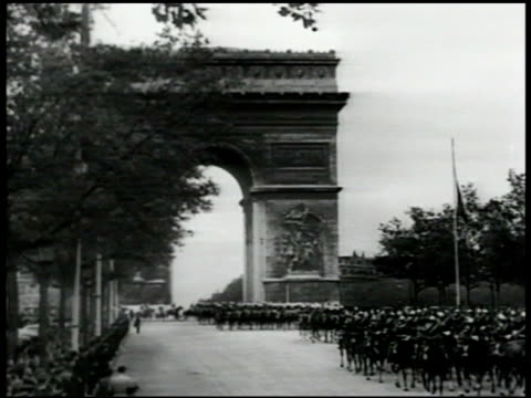 city of paris military escort for sultan of morocco soldiers on horseback on champselysees moving under arc de triomphe sultan sidi muhammad v riding... - 建築上の特徴 アーチ点の映像素材/bロール