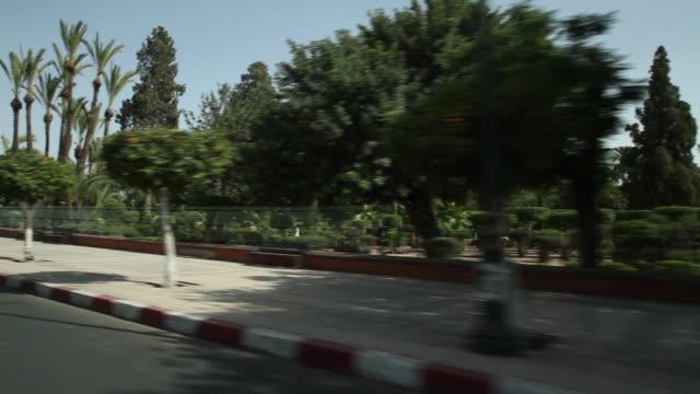 vídeos de stock e filmes b-roll de city park of marrakech from vehicle pov - wiese