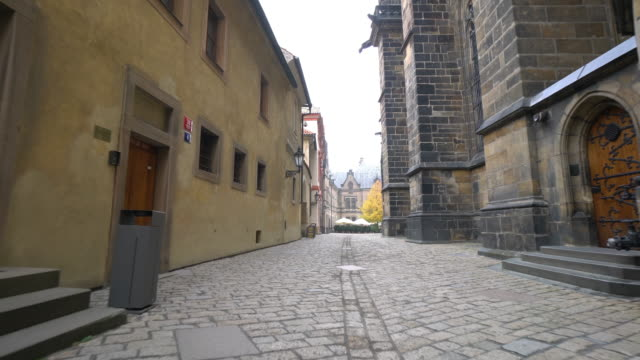 vídeos y material grabado en eventos de stock de peatonal de la ciudad y el transporte en praga - república checa
