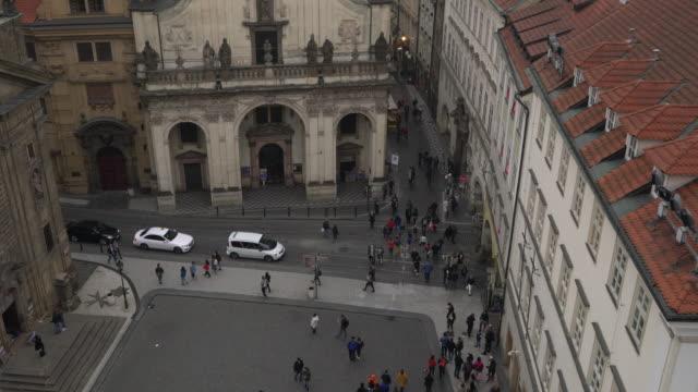 stockvideo's en b-roll-footage met stad voetgangers en openbaar vervoer in praag - stare mesto