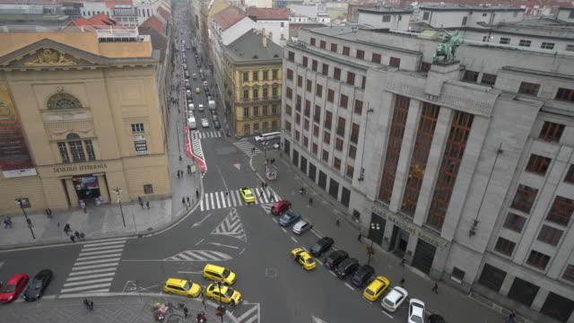 vidéos et rushes de ville piétonne et transport à prague - stare mesto