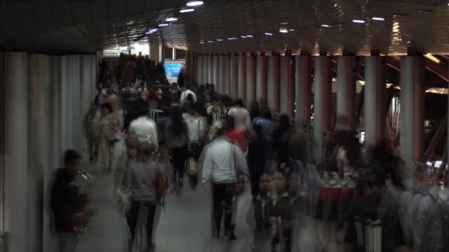都市の夜時間の経過で歩行者交通