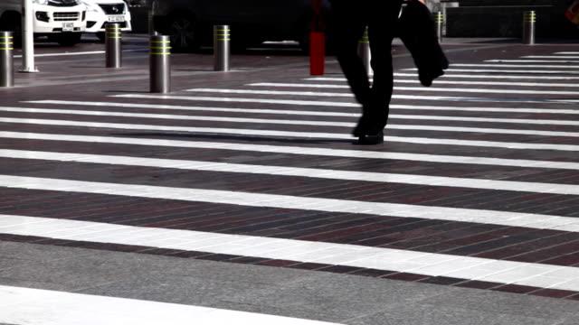 vídeos y material grabado en eventos de stock de city pedestrian traffic in dubai - paso de cebra
