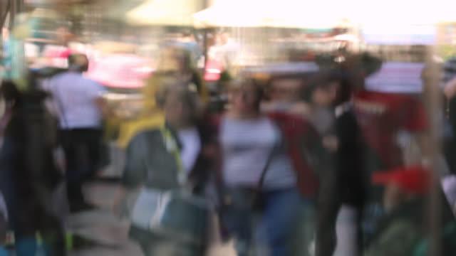 vídeos y material grabado en eventos de stock de tráfico peatonal de la ciudad en la ventana de store reflection - escaparate de tienda