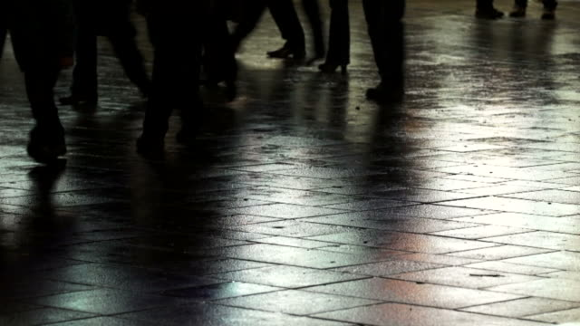 city pedestrian traffic on rainy ground - menschliches bein stock videos and b-roll footage