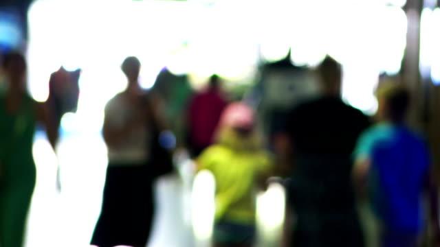 vídeos de stock, filmes e b-roll de as pessoas da cidade os outros na hora do rush - passar a frente