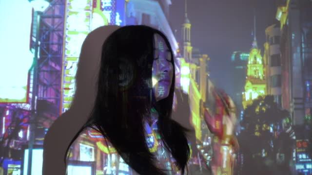 vidéos et rushes de city projection on woman face - projection screen
