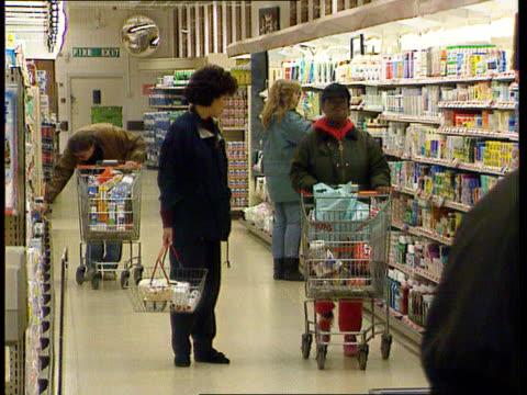 vídeos de stock e filmes b-roll de city reaction / economic effects itn lib seq shoppers in sainsburys supermarket - sainsburys