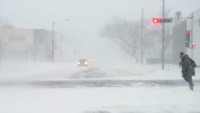 vidéos et rushes de route de ville par temps orageux la nuit - blizzard