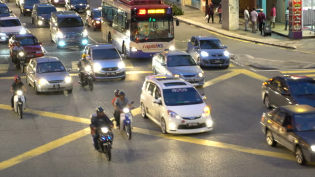 stockvideo's en b-roll-footage met city rush hour traffic in kuala lumpur at night, malaysia - kuala lumpur