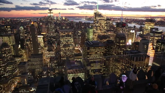 vídeos de stock, filmes e b-roll de city scape, view from the top of the rock observation deck in midtown manhattan, the empire state building , and the one world trade center tower... - chicago 'l'