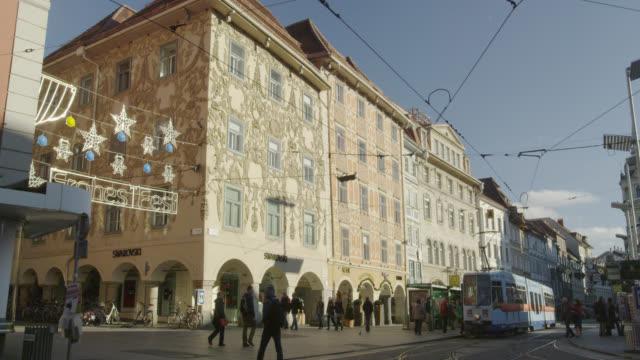 vídeos de stock e filmes b-roll de city scenes of graz, austria - linha do elétrico