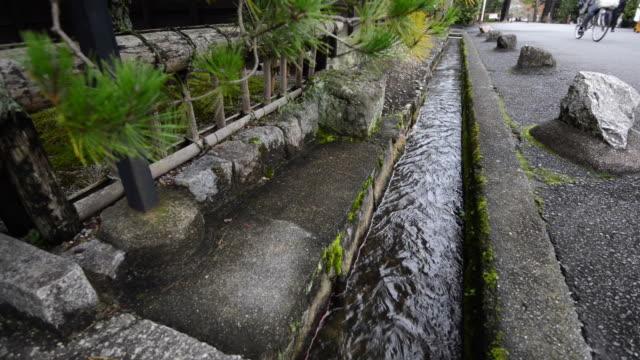 vídeos de stock, filmes e b-roll de canalização de esgoto, drenagem de curso de água na cidade - drenagem
