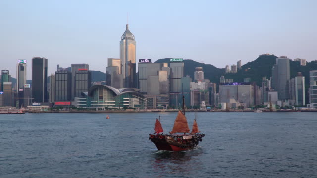 vidéos et rushes de city skyline and victoria harbour, hong kong, china - jonque