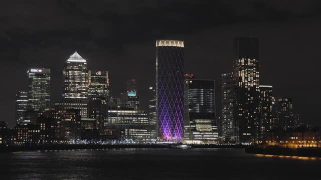 city skyline at night - defocussed stock videos & royalty-free footage