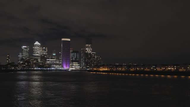 vídeos de stock, filmes e b-roll de city skyline at night - tempo real