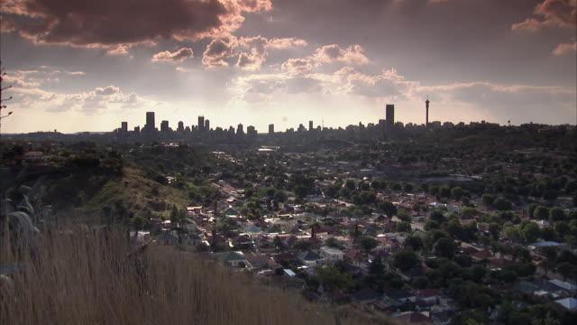 vídeos de stock e filmes b-roll de ws zi city skyline at sunset / johannesburg, gauteng, south africa - joanesburgo