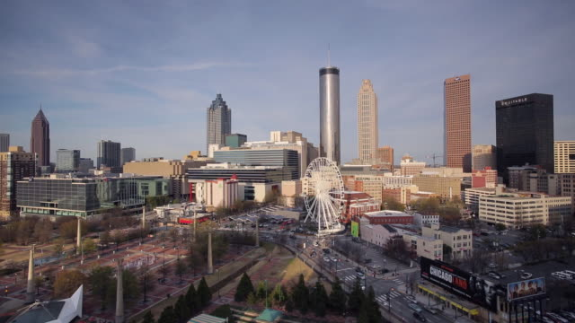 vídeos y material grabado en eventos de stock de city skyline, elevated view over downtown and the centennial olympic park in atlanta, georgia, united states of america - georgia estado de eeuu