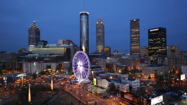 vidéos et rushes de city skyline, elevated view over downtown and the centennial olympic park in atlanta, georgia, united states of america - atlanta