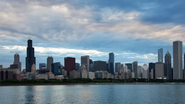 vidéos et rushes de tl city skyline from planetarium day to night transition 1 - chicago