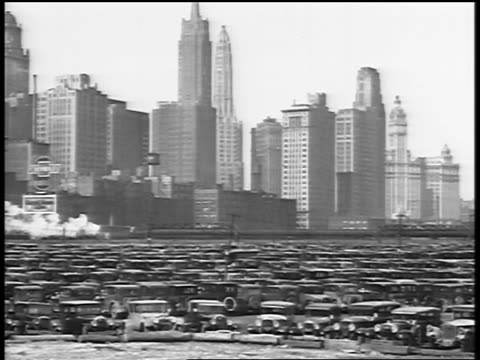 b/w 1929 pan city skyline + huge crowded parking lot / newsreel - parcheggio video stock e b–roll