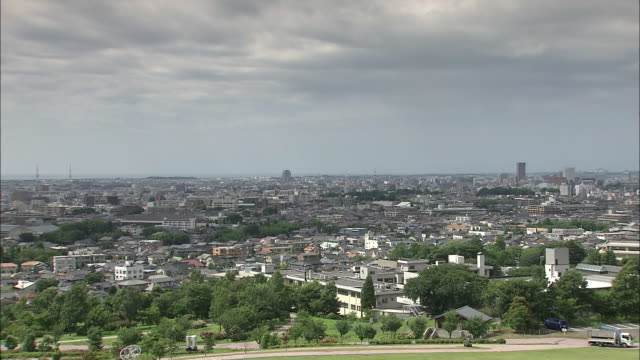 stockvideo's en b-roll-footage met city skyline in kanazawa, japan - tilt down
