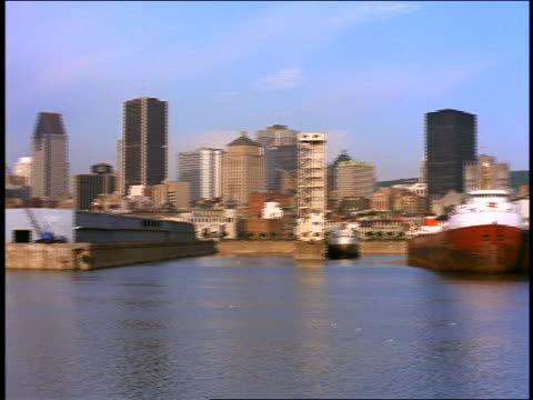 pan city skyline + ships in harbor / montreal, canada - sankt lorenz strom stock-videos und b-roll-filmmaterial