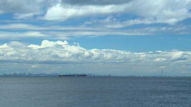 vídeos y material grabado en eventos de stock de horizonte de la ciudad con nubes - pasear en coche sin destino