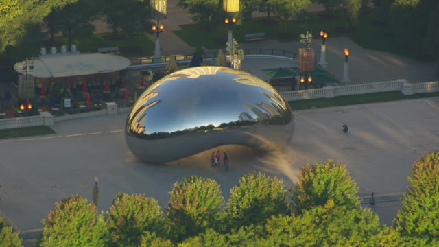 vídeos de stock e filmes b-roll de ws zo aerial pov city skyline with jay pritzker pavilion and cloud gate in millennium park / chicago, cook county, illinois, united states  - pavilhão jay pritzker