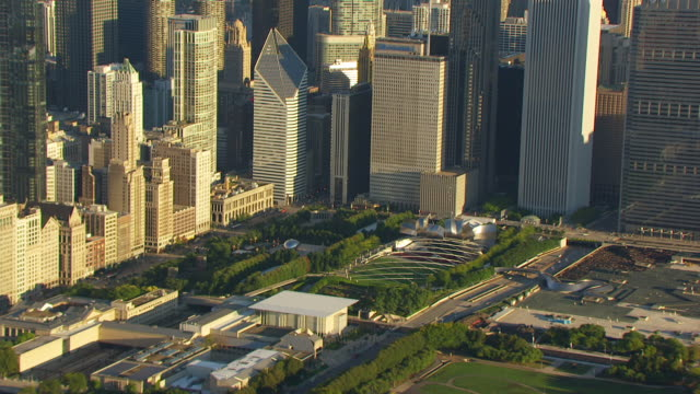 vídeos de stock e filmes b-roll de ws zo aerial pov city skyline with jay pritzker pavilion and cloud gate in millennium park, lake in background / chicago, cook county, illinois, united states  - pavilhão jay pritzker