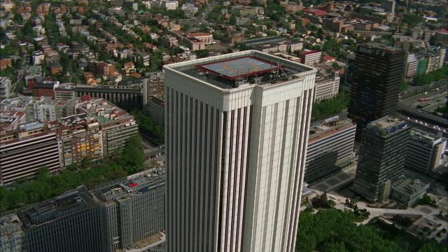 aerial city skyscraper with helipad on roof, madrid, spain - hubschrauber landeplatz stock-videos und b-roll-filmmaterial