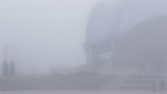 vídeos de stock, filmes e b-roll de city square, envolta em neblina forte - forma da água