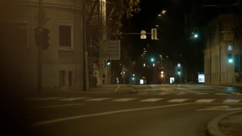 vídeos de stock e filmes b-roll de rua da cidade à noite - sparse